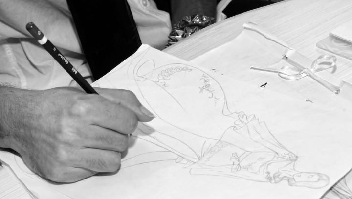 fashion designer impegnati a creare un bozzetto nei laboratori Signore