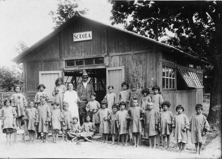 (Foto della Scuola rurale di Tre Cancelli, nell'Agro Pontino, Latina, anni Trenta. Archivio Storico Indire, Fondo Giuseppe Lombardo Radice)