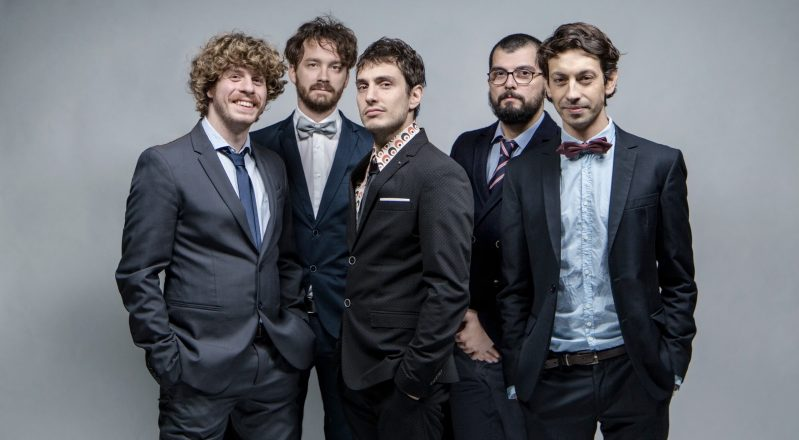 """Lo Stato Sociale, esce oggi """"Il Paese dell'Amore"""": soundtrack ufficiale di """"ROMOLO + GIULY-LA GUERRA MONDIALE ITALIANA"""""""