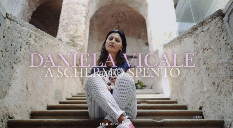 """L'asfissiante mondo dei social network: """"A schermo spento"""" è il nuovo videoclip della cantautrice Daniela Vicale"""